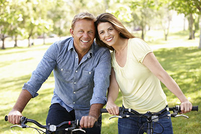couple-on-bikes